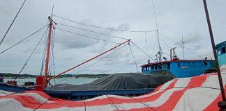 KM Robin Jaya (biru) saat sandar di Plantar 2 Tanjungpinang (Suryakepri.com/Muhammad Bunga Ashab)