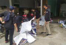 Bawaslu Bintan saat menertibkan APK paslon Pilkada Kepri dan Bintan (Suryakepri.com/ist)