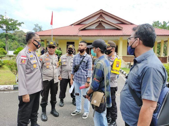 Kapolres Lingga AKBP Boy Herlambang saat berbincang-bincang dengan sejumlah mahasiswa yang melakukan aksi unjuk rasa (Suryakepri.com)
