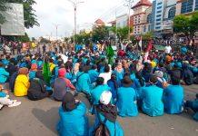 Mahasiswa saat menduduki simpang Bintan Center, Jalam DI Panjaitan, Tanjungpinang, Kepri (Suryakepri.com/Muhammad Bunga Ashab)