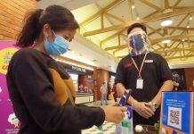 Salah satu warga batam yang ingin menonton di cgv grand batam mall saat melakukan scan barcode