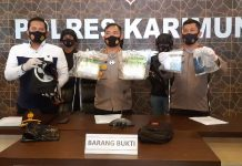 Kapolres Karimun AKBP Muhammad Adenan menunjukkan barang bukti sabu 2 kilogram saat pers release, Senin (19/10/2020). Foto Suryakepri.com/Rachta Yahya