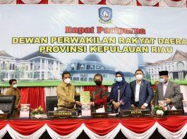 Pjs. Gubernur Kepulauan Riau Bahtiar Baharudin menyampaikan nota keuangan Pemprov Kepri dan Ranperda APBD-P tahun anggaran 2020 kepada pimpinan DPRD Kepri