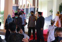 Kapolres Bintan AKBP Bambang Sugihartono saat melaksanakan pengamanan di DPRD Bintan (Suryakepri.com)