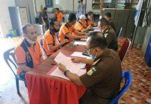 Proses pelimpahan 12 tersangka perkara IUP-OP tambang bauksit dari penyidik ke JPU pada Kejati Kepri di Rutan Tanjungpinang (Suryakepri.com/ist)