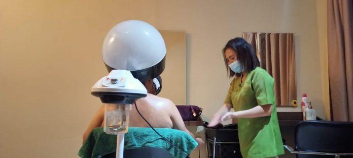 Yuli saat melayani pelanggan spa