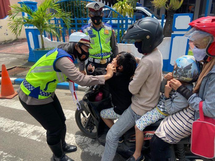 Personel Satlantas Polres Tanjungpinang saat memberikan sosialisasi dan pembagian masker dalam kegiatan Operasi Zebra Seligi 2020 di Jalan Merdeka (Suryakepri.com)