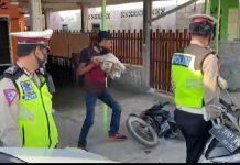 Tangkap layar aksi seorang pria di Karimun merusak motornya di hadapan dua Polantas, Selasa (27/10/2020). Foto Suryakepri.com/Rachta Yahya