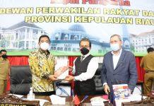 Perda Tentang Perubahan APBD Provinsi Kepri Tahun Anggaran 2020 Disahkan. Pjs Kepulauan Riau Bahtiar Baharuddin bersama Ketua DPRD Kepri Jumaga Nadeak.