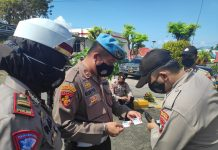Kasi Propam Polres Tanjungpinang Ipda Syamsuriya saat mengecek SIM dan KTA personel Polres Tanjungpinang (Suryakepri.com)