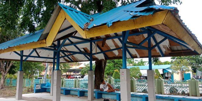 Halte di samping Masjid Agung Batam Center