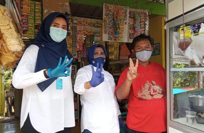 Foto Wali Kota Tanjungpinang Rahma sedang acungkan tiga jari bersama masyarakat (Suryakepri.com/ist)