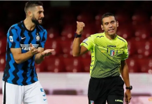 Roberto Gagliardini dari Inter Milan memprotes dengan wasit Francesco Fourneau saat lag antara Benevento v Inter Milan di Stadio Ciro Vigorito, Benevento, Italia - 30 September 2020.(Foto: REUTERS/Ciro De Luca)
