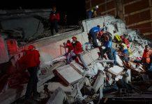 Petugas penyelamat terus mencari korban di Izmir hingga larut malam. (Usame Ari/Getty Images via New York Post)