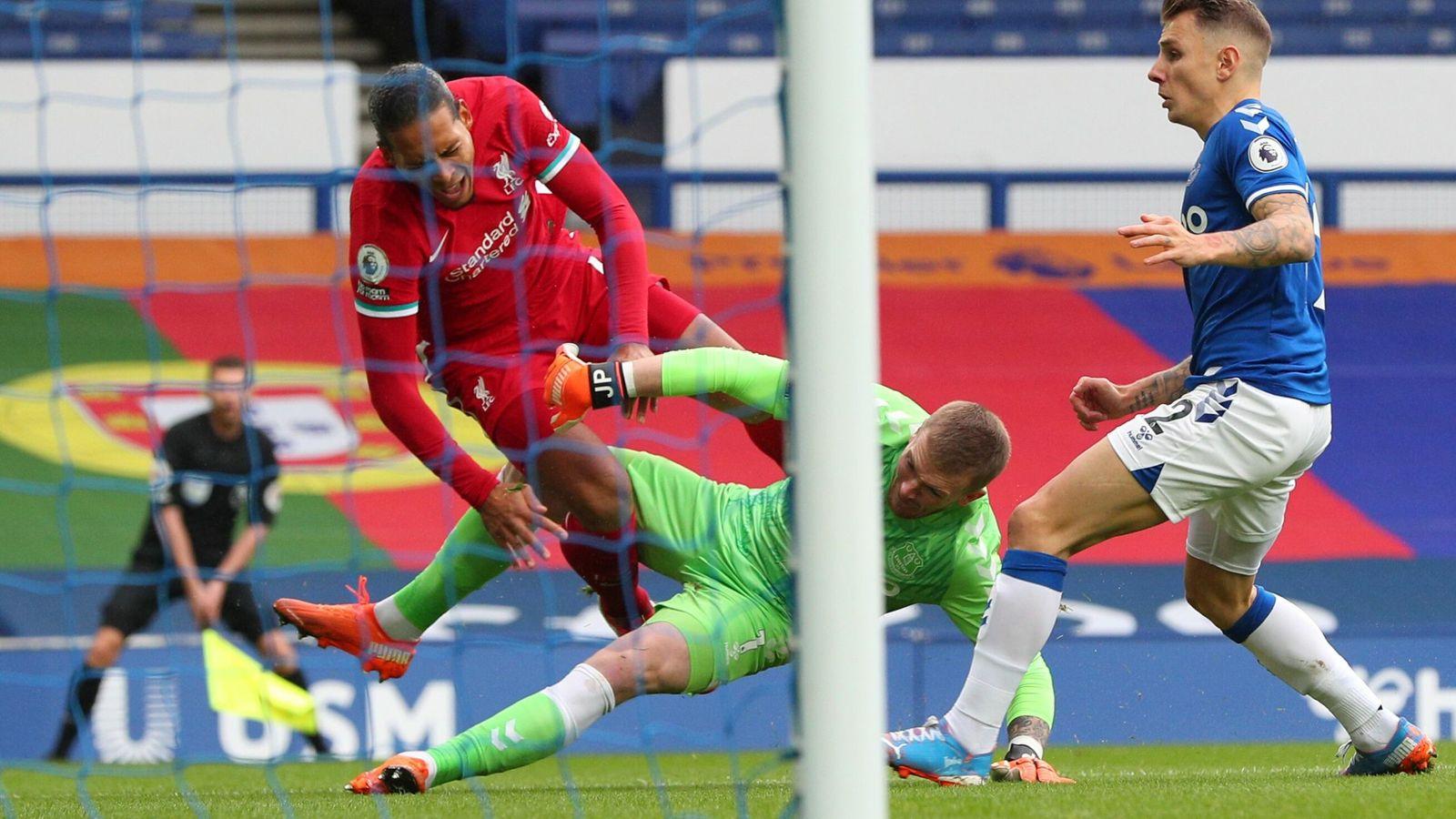 Pelanggaran Jordan Pickford terhadap Virgil van Dijk yang luput dari penilaian VAR. (Foto dari Sky Sports)