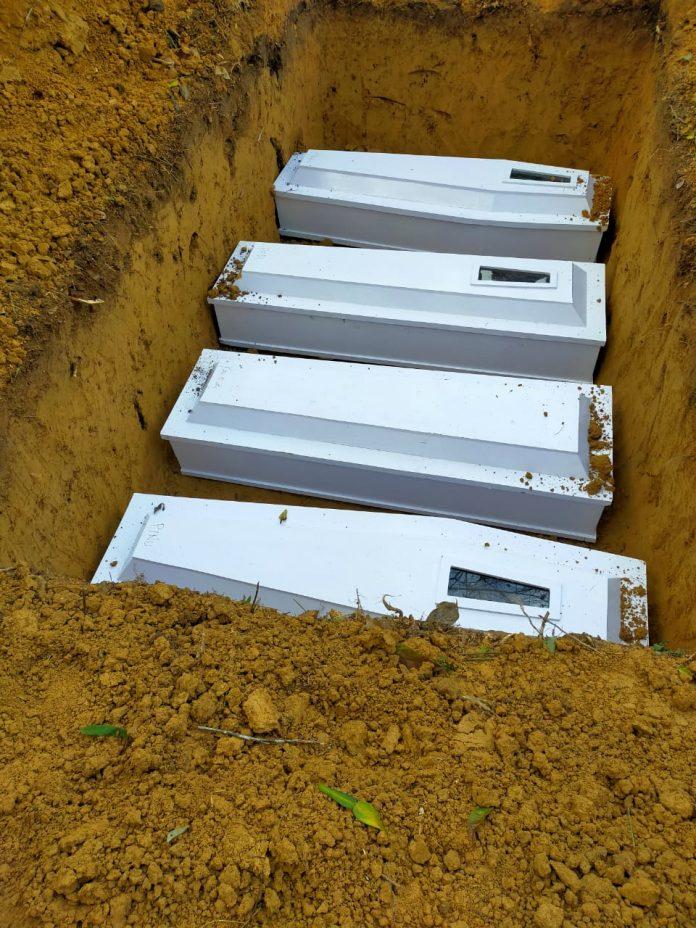 Empat peti jenazah dijajarkan dalam satu liang kubur. Mereka adalah korban pembunuhan keji di Dusun 5 Tokelemo Desa Lembatangoa, Kecamatan Palolo, Kabupaten Sigi, Proviinsi Sulawesi Tengah, Jumat (27/11/2020). (Foto: Istimewa)