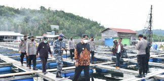 Pjs. Gubernur Kepri Bahtiar Baharudin saat meninjau Keramba Apung dan Makam Daeng Rilaka (Kramat Siantan), Kepulauan Anambas, Sabtu (27/11) petang.