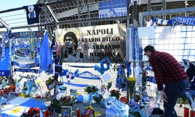 Penghormatan untuk Maradona di luar stadion San Paolo di Naples/Napoli pada Kamis (26/11/2020). (Foto: Francesco Pecoraro / Getty Images/Guardian)