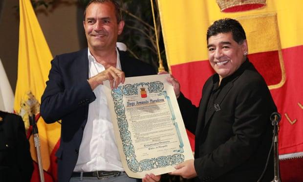 Maradona (kanan) menerima kewarganegaraan kehormatan Napoli dari Walikota Luigi De Magistris pada 2017. (Foto: Carlo Hermann / AFP / Getty Images/Guardian)