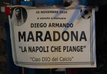 """Kuil kecil bertuliskan """"Maradona meninggal dunia pada tanggal 25 November 2020. Napoli menangis, selamat jalan dewa sepak bola"""". Itu dipajang di sebuah tempat yang disebut """"Pojok Maradona"""" di puncak Quartieri Spagnoli di Kota Napoli, Italia. (Foto: AFP)"""