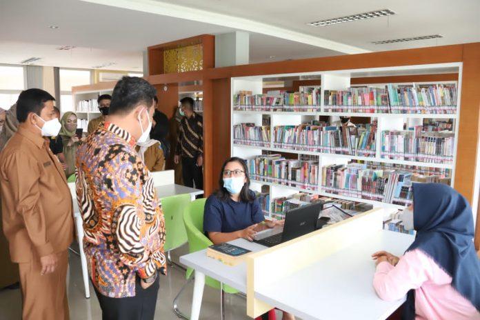 Pejabat Sementara (Pjs) Gubernur H. Bahtiar Baharudin mengunjungi dan bersilaturahmi ke Dinas Perpustakaan dan Kearsipan Daerah Provinsi Kepulauan Riau di jalan Basuki Rahmat, Tanjungpinang, Senin (23/11).