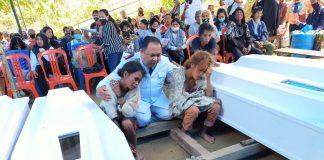 Pendeta yang memimpin prosesi ibadah penguburan jenazah korban pembunuhan di Sigi, Sulawesi Tengah, memberikan penghiburan kepada keluarga para korban. (Foto: Istimewa)