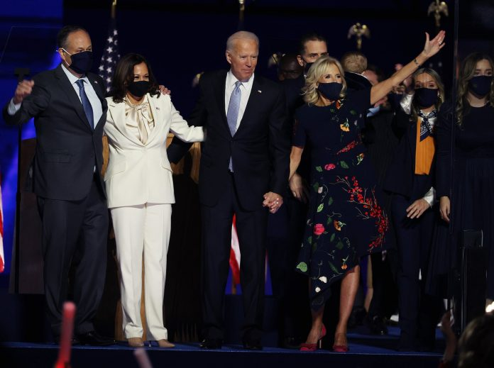 Jode Biden dan Kamala Harris masing-masing bersama pasangan mereka, Doug Emhoff dan Jill Biden, saat pidato kemenangan. (Foto: Tasos Katopodis/Getty Images via Guardian)
