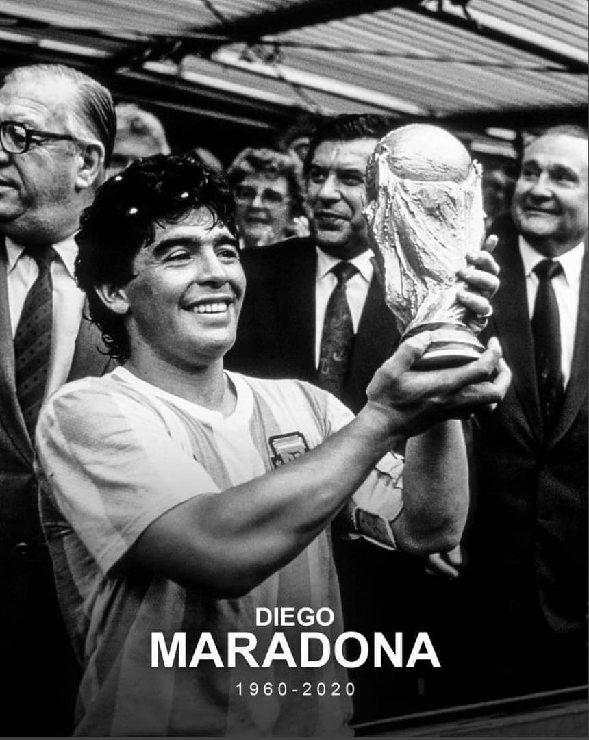 Diego Armando Maradona mengangkat trofi Piala Dunia 1986 ketika mereka juara setelah mengalahkan Jerman Barat di final dengan skor 3-2.