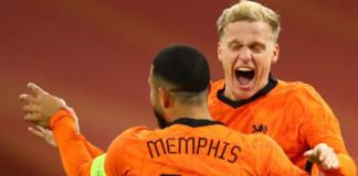 Donny van de Beek bersama Memphis Depay merayakan gol ke gawang Spanyol dalam pertandingan persahabatan di Amsterdam Arena, Kamis (12/11/2020) dinihari WIB. (Tangkapan layar Sky Sports)
