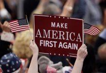 """Pendukung Donald Trump mengangkat poster bertuliskan """"Make Ameria First Again"""" dalam sebuah kampanye menuju Pilpres AS 2020. (Foto dari Globe Post)"""