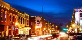 Malam yang sibuk di pusat kota Bentonville, sebuah kota di Northwest Arkansas, Amerika Serikat. Dewan kota ini akan membayar orang untuk pindah ke sana juga memberi hadiah sepeda.(Foto dari Forbes)