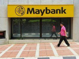 Seorang pria melintas di depan salah satu cabang Maybank di Malaysia. 9Foto dari therakyatpost.com)