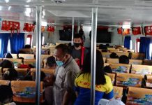 Feri Miko Natalia tujuan Batam-Karimun, yang berada di Pelabuhan Domestik Sekupang, abaikan Protokol Kesehatan di dalam kapal. Tidak ada tanda silang pada kursi untuk mencegah penumpang duduk berdekatan.