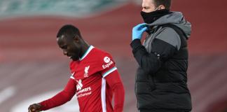Naby Keita mengalami cedera hamstring saal melawan Leicester City di Anfield pada Minggu (22/11/2020). Foto: Liverpoolfc.com.