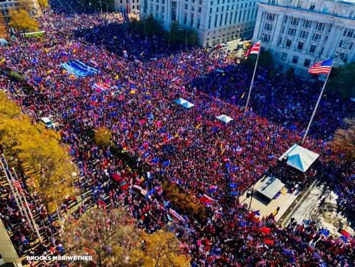 Puluhan Ribu pendukung Presiden Donald Trump melakukan aksi di sekitar Gedung Putih, Washiington DC, AS, Sabtu-Minggu (14-15/11/2020). Foto: Twitter.