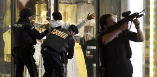 Polisi Austria melakukan penggeledahan terhadap sejumlah orang di dekat sinagoga di Wina tengah yang menurut pihak berwenang merupakan serangan teroris. (Foto: Roland Schlager / APA / AFP / Getty Images)