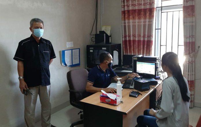 Kepala Disdukcapil Kabupaten Bintan, Drs. Ismail ketika monitoring perekaman KTP Elektronik di Kecamatan Bintan Utara (Suryakepri.com/ist)