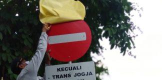 Petugas dari Dinas Perhubungan DIY terlihat sedang memasang tanda rambu lalu lintas dilarang masuk untuk jalan Malioboro Yogyakarta. Kawasan Malioboro adalah kawasan destinasi pariwisata dan pusat penjualan khas Yogyakarta. Foto: Gaga Sallo