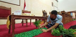 Staf DPRD Kota Batam Tengah Mempersiapkan Ruang Rapat Paripurna Dalam Menyambut Pelaksanaan Visi-Misi Paslon