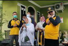 Cabup Karimun Aunur Rafiq menangis ketika mendengar penuturan mantan guru SMA-nya saat kampanye di Gang Babussalam Baran 3, Kelurahan Meral Kota, Kecamatan Meral, Jumat (13/11/2020). Foto Suryakepri.com/IST