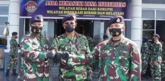 Danlantamal IV Tanjungpinang Laksamana Pertama TNI Indarto Budiarto bersama pejabat baru dan lama Danlanal Dabo Singkep (Suryakepri.com)