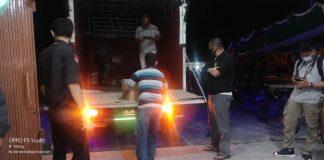 Petugas KPU Karimun memindahkan ke dalam gudang mereka surat suara untuk Pemilihan Gubernur-Wakil Gubernur Kepri 2020 yang baru tiba dari Tanjung Pinang, Selasa (17/11/2020) dini hari. Foto Suryakepri.com/Rachta Yahya
