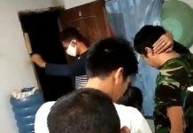 Petugas Satres Narkoba Polres Tanjungpinang saat melaksanakan penggeledahan di kontrakan pelaku (Suryakepri.com)