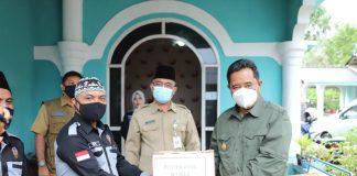 Pjs Gubernur Kepri Bahtiar Baharuddin membagikan masker kepada masyarakat pesisir di empat titik di Kota Tanjungpinang.