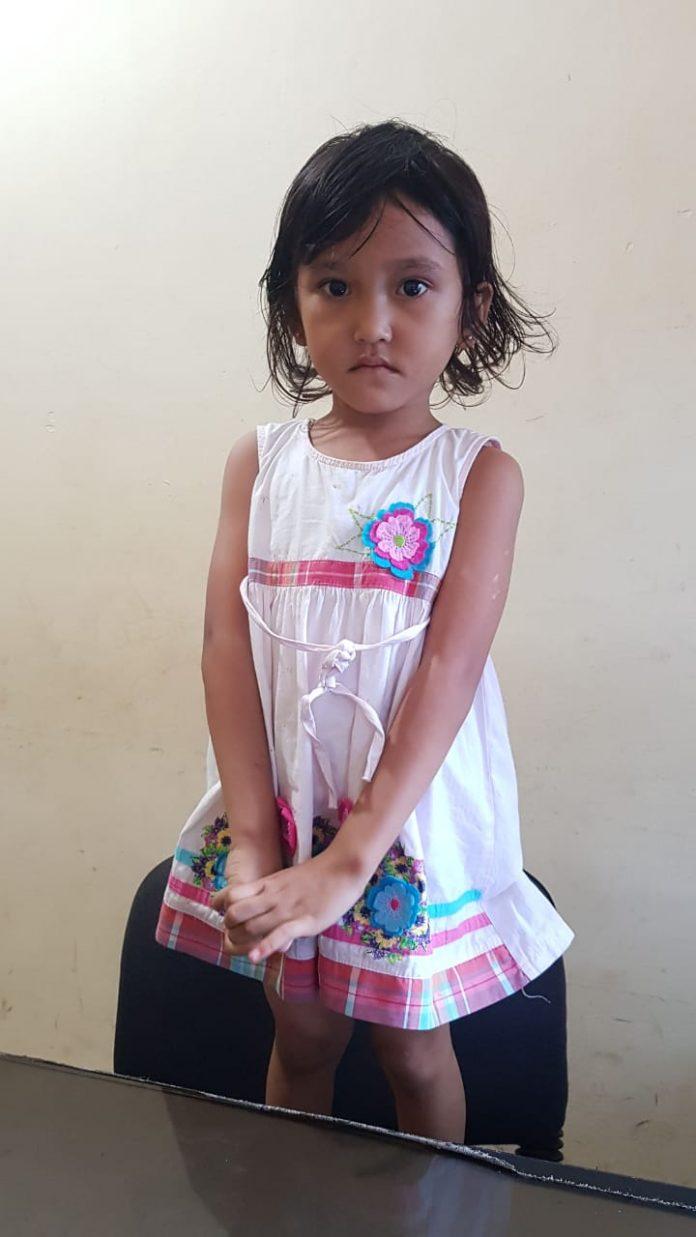 Tim patroli Polsek Batuampar temukan anak hilang berjenis kelamin perempuan bernama Kaila (3), di depan Gereja Imanuel, Seraya,
