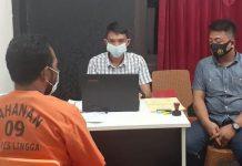 Penyidik Satreskrim Polres Lingga saat memeriksa tersangka (Suryakepri.com/ist)