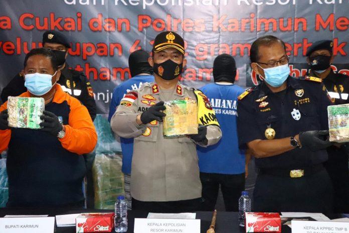 Kapolres dan Kepala KPPBC Karimun menunjukkan barang bukti 4,2 kilogram sabu saat konferensi pers, Jumat (20/11/2020). Foto Suryakepri.com/Yahya