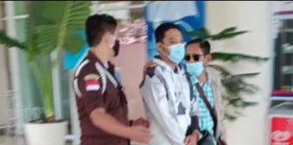 Tersangka Arief Zailani digiring Tim Kejati Kepri saat tiba di Tanjungpinang (Suryakepri.com/ist)
