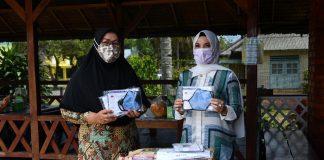 Sofha Bahtiar saat memberikan bantuan masker gratis.