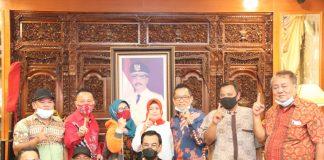 Pengurus Cabang Ikatan Keluarga Masyarakat Bangka Belitung (Ikamba) Batam, mendatangi kediaman Soerya Respationo